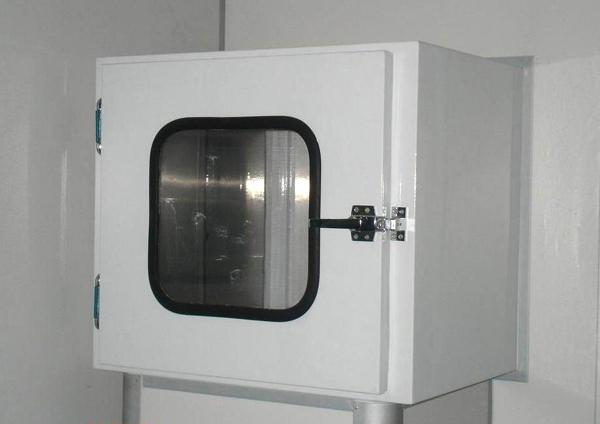烤漆联锁传递窗是一种洁净室的辅助设备,主要用于洁净区与洁净区之间,洁净区与非洁净区之间小件物品的传递,以减少洁净室的开门次数,把对洁净室的污染降低到最低程度。