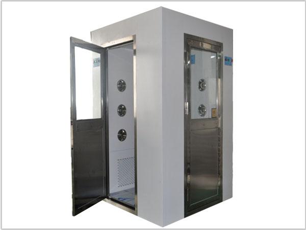 异型风淋室用于人员出入,防止不洁净气流进入洁净区,工作区内设置吹淋净化处理装置,消除人、物表面附着尘埃,同时具有气闸作用,配合洁净空调系统确保洁净室达到所需洁净度。