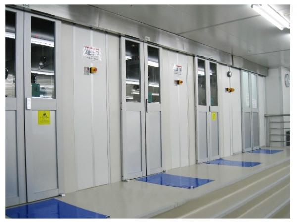风淋室自动感应平移门在原风淋室配置基础上,特配有先进的自动开门机,取消了传统闭门器,而使得该系列风淋室真正完成了全自动。