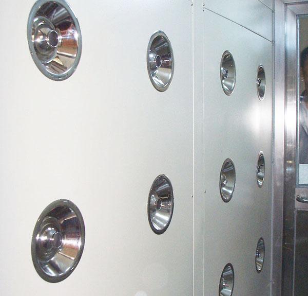 风淋室是一种通用性较强的局部净化设备,安装于洁净室与非洁净室之间。
