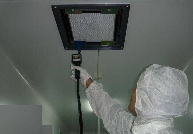 工作人员现场对高效空气过滤器进行检验检测检漏