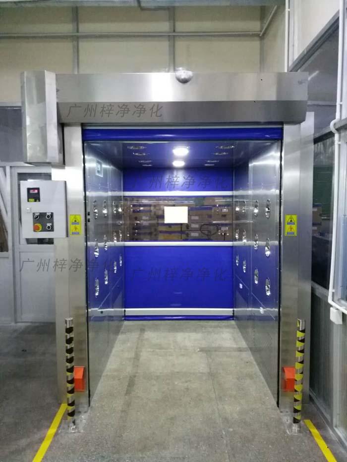 快速卷帘门风淋室是人员或货物进入洁净室无尘车间所必备的洁净净化设备