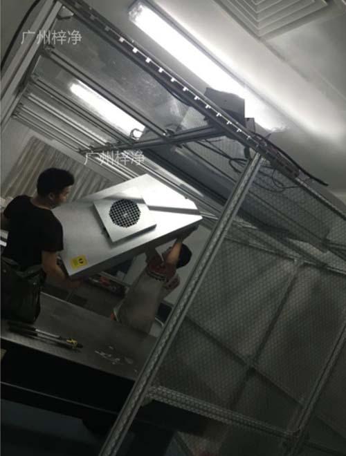技术人员正在放置千级洁净棚FFU