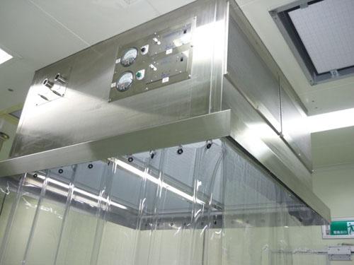 层流罩应用:目前广泛用于电子、生物、医药、食品、精密仪器等行业的无尘无菌操作环境,提供局部高洁净度工作环境。