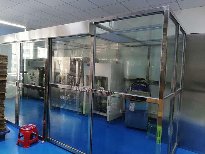 装配式洁净室也叫洁净棚,将洁净FFU放置在由专业净化铝型材组装而成的框架上。