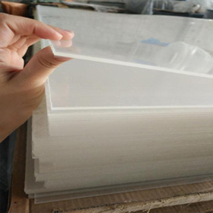 亚克力板具有极佳的耐候性、较高的表面硬度和表面光泽,以及较好的高温性能。