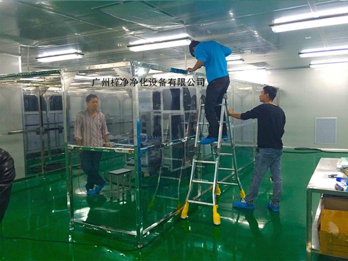 洁净棚周围一般都是采用防静电网格帘或是有机玻璃,送风部均采用FFU洁净送风单元。